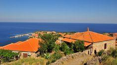 Lesvoksen luonne on rauhallinen ja vihreä. Yli 300 aurinkoista päivää vuodessa, ystävällisiä ihmisiä ja mitä upeimpia auringonlaskuja. Lesvos on ihanan kreikkalainen ja paikallinen!  #Aurinkomatkat #matkablogi #matkailu #Kreikka #Lesvos