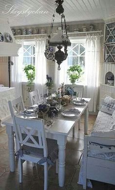 21 Trendy shabby chic kitchen ideas farmhouse light fixtures - All For Decoration Shabby Chic Dining Room, Dining Room Table Decor, Country Dining Rooms, Shabby Chic Kitchen, Shabby Chic Cottage, Cottage Style, Table Bench, Cozy Kitchen, Scandinavian Kitchen