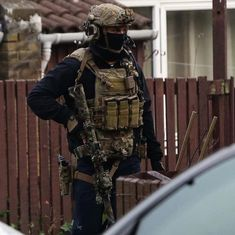 A member of 22 SAS during the Newcastle Raid. #highspeed #sas #whodareswins #22sas #uk #uksf #ukarmy #raid #ct #sf #specialforces #tier1 Military Gear, Military Police, Tactical Clothing, Tactical Gear, Special Air Service, Green Beret, Military Pictures, Tac Gear, British Army