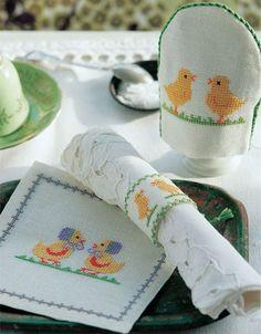 Små, gule kyllinger – myldrer frem, når det er påske. Her har de sat sig på både æggevarmeren, servietringen og den lille mellemlægsserviet. Easter Colouring, Coloring, Alter, Needlework, Coin Purse, Stitch, Purses, Tableware, Diy