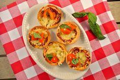 Mini Pizza in Muffin vorm  Tijd: circa 10 min + 10-15 in de oven  Recept voor 10 hapjes  Benodigdheden    3-4 wraps  10 theelepels tomatenpuree  geraspte kaas  1 ui  beetje verse peper en knoflookpoeder  verse basilicum  en nog meer ingrediënten naar keuze