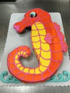 Seahorse cupcake cake made with 24 cupcakes and buttercream icing by Laurie Grissom Buttercream Icing, Cake Icing, Eat Cake, Seahorse Cake, Seahorses, Pull Apart Cupcake Cake, Pull Apart Cake, Cupcake Torte, Cupcake Cookies
