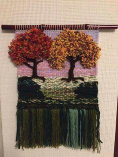 Me gustan quiero aprender hacerlos Pin Weaving, Weaving Art, Tapestry Weaving, Loom Weaving, Basket Weaving, Felted Wool Crafts, Yarn Crafts, Diy Art Projects Canvas, Yarn Painting