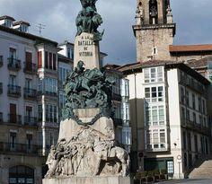 Monumento a la batalla de Vitoria en la Plaza de la Virgen Blanca