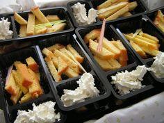 Traktatie eierkoek of cake met slagroom alsof het patat friet met mayonaise frietsaus is in een frietbakje