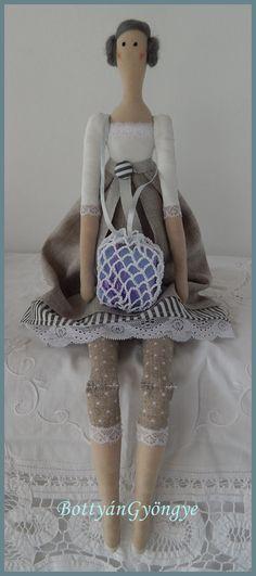 Tilda jellegű baba - Barbara - Tilda doll Barbara Textiles, Crochet Hats, Dolls, Design, Fashion, Crocheted Hats, Moda, Fashion Styles
