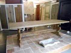 """Tavolo con gamba ad """"asso di coppe"""" in stile '500, realizzato in rovere antico e patinato a cera al naturale"""