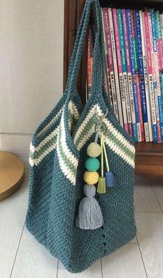 DIY: 12 Ideias de bolsa de crochê #1 Granny Square Häkelanleitung, Granny Square Crochet Pattern, Crochet Granny, Crochet Handbags, Crochet Purses, Crochet Pouch, Crochet Stitches, Love Crochet, Diy Crochet
