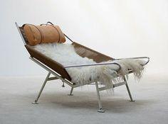 Flag Halyard Chair. Hans Wegner. Flag Halyard Chair   看上去充滿度假感的《Flag Halyard Chair》,靈感成形的確是在韋格納度假時,當時韋格納與家人一同前往丹麥的奥爾胡斯(Åarhus)旅遊,就像小孩子會在沙灘上畫畫一樣,韋格納在沙灘上畫的則是設計,因而誕生了這款以鍍鉻鋼管為結構、以升旗繩編織成椅身的旗繩椅。