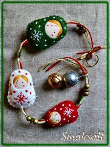 Mini felt Russian nesting dolls hanging garland or ornament - pic for inspiration Matryoshka Doll, Kokeshi Dolls, Felt Christmas Ornaments, Handmade Ornaments, Felt Decorations, Christmas Decorations, Felt Gifts, Felt Hearts, Felt Flowers