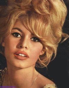 Brigitte Bardot : coiffure des années 50 à 60 ....repinned by Maurie Daboux..✿