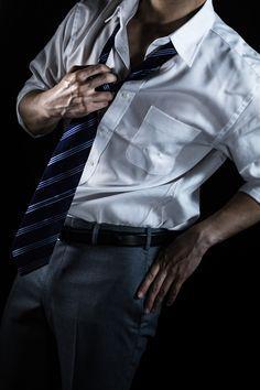 「ネクタイを緩めるスーツ姿の男性(クールビズ)ネクタイを緩めるスーツ姿の男性(クールビズ)」[モデル:大川竜弥]のフリー写真素材を拡大 Daddy Aesthetic, Body Poses, Male Poses, Aesthetic Images, Sharp Dressed Man, Fashion Images, Pose Reference, Bad Boys, Sexy Men