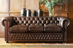 A vast array of beautiful Chesterfield Sofa photos. We hope to give you all the ideas and inspiration you need to display your Chesterfield Sofa. Chesterfield Sofas, Leather Chesterfield, Leather Sofas, Classic Furniture, Cool Furniture, Furniture Design, Do It Yourself Sofa, Canapé Design, Cabana Decor