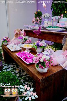 Para celebrar o aniversário de 1 ano da Maria Antonia o tema escolhido foi fadas e flores muitas flores!!!  Vale conferir!                  ...