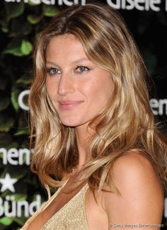 Bronde is a hot hair color trend created by model Gisele Bundchen back in It's still popular. See 20 amazing bronde hairstyles.: Gisele: Always Sun-Kissed Hair Color Trend, Weave Hair Color, Hot Hair Colors, Brown Hair Colors, Hair Colour, Color Trends, Gisele Bundchen, Gisele Hair, Hair Color Caramel