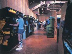 Inside an arcade Retro Arcade, Pinball, New York Hotels, 80s Aesthetic, Classic Video Games, Retro Videos, Arcade Machine, Vintage Photography, Arcade Games