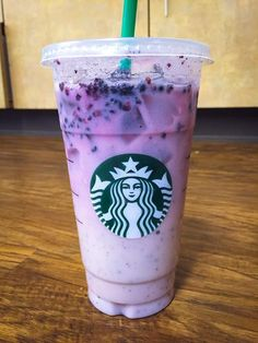 Best secret menu drinks at Starbucks - Rezepte Bow Starbucks Frappuccino, Copo Starbucks, Starbucks Secret Menu Items, Bebidas Do Starbucks, Starbucks Hacks, Healthy Starbucks Drinks, Starbucks Secret Menu Drinks, Starbucks Purple Drink, Sweets