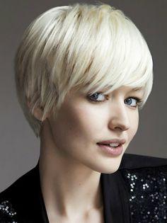 coupe de cheveux courte femme couleur blond vers blanc, femme aux yeux bleus