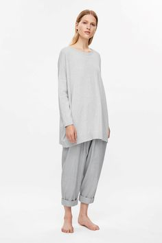 A relaxed and comfortable style, this long top is made from fine knit cotton and cashmere blend with a softly brushed quality. An oversized fit, it has long sleeves, a wide neckline and ribbed finishes.