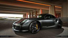 Sortie des ateliers du tuner polonais MM-Performance, je ne pouvais pas vous laisser passer à côté de cette furieuse Porsche 911 Turbo S à la livrée noire mat rehaussée de gros étriers de freins jaunes. Comprenant un volet esthétique et un volet mécanique,...