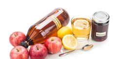 Apple cider vinegar with honey and lemon, natural remedies and cures for common health condition Healthy Living Magazine, Healthy Living Tips, Almuerzo Light, Apple Cider Vinegar Benefits, Canned Apples, Health Diet, Health Remedies, Natural Remedies, Snacks
