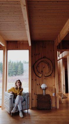 Une maison au style épuré de l'architecte Canadien Pierre Thibault aux mythiques Jardins de Métis. La maison est utilisée pour les concepteurs et stagiaires pendant la période estivale. Idéale pour les retraites stratégiques, les camps de yoga en nature ou les rencontres familiales. Comfort, nature et sobriété de style nordique s'offrent à vous. À une vingtaine de minutes du Mont-Comi pour les amateurs de ski et à quelques pas du Parc de la rivière Mitis pour la raquette ou les randonnées. Canada, Wood Watch, Ski, Yoga, Nature, Design, Gardens, Stone, Nordic Style
