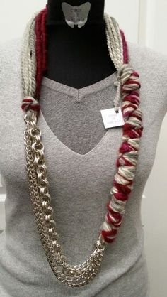 Collana in lana grigio bordeaux con catene.  Lunghezza 95 cm.  PEZZO UNICO