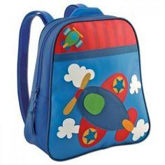 ΤΣΑΝΤΑ ΠΡΟΣΧΟΛΙΚΗ GO GO ΑΕΡΟΠΛΑΝΟ Πρόκειται για μια τσάντα βινυλίου με θέμα κατασκευαστικά οχήματα ένα αεροπλάνο της εταιρίας Stephen Joseph. Είναι εξαιρετικά όμορφη και εύχρηστη για τον παιδικό σταθμό & το νηπιαγωγείο αλλά και για άλλες δραστηριότητες αθλητικές και μη, καθώς και για τις εκδρομές κτλ. Είναι αδιάβροχη, καθαρίζεται εύκολα με ένα απλό νωπό πανί, έχει μια θήκη που κλείνει με φερμουάρ, ρυθμιζόμενους ιμάντες για καλύτερη προσαρμογή στην πλάτη και χερούλι για κράτημα από το χέρι…