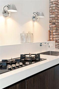 houten keuken, witte blad, stenen wand