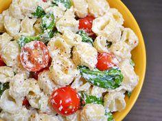 Roasted garlic pasta salad that uses ricotta instead of mayo. my kind of pasta salad Ricotta Pasta, Garlic Pasta, Garlic Bulb, Garlic Spinach, Spinach Ricotta, Garlic Cheese, Asparagus, I Love Food, Vegetarian Recipes