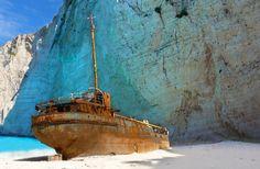 Fotka, Foto Vrak lodi na pláži Navagio (Zakynthos, Řecko) Abandoned Ships, Abandoned Places, Santorini, Places To Travel, Places To See, Zakynthos Greece, Shipwreck, Greek Islands, Beautiful Islands