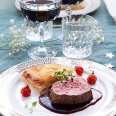 Helstekt oxfilé med rödvinssås och potatisgratäng - Recept - Tasteline.com Lchf, Fine Dining, French Toast, Food And Drink, Meat, Breakfast, Kitchen, Gourmet, Morning Coffee