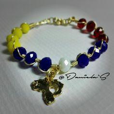 Pulsera tricolor y mapa de Venezuela Jewlery, Jewelry Bracelets, Macrame Earrings, Twine, Chokers, Diet, Beads, Blue, Color