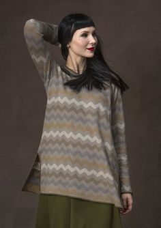 A slightly shorter tunic with jacquard knit tone-on-tone chevron pattern. With its side slits and rolled edges at the neckline and cuffs, this tunic is sure to become a favorite!