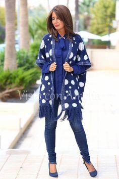 """¿Qué me decis del #poncho """"Lunia"""" en azul? Suave y calentito y un tacto increíble. Talla única #modamujer  #streetstyle #lookoftheday #visteconamelia"""