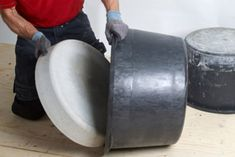 Med bare to murerbaljer kan du nemt støbe et lække Cement Art, Concrete Cement, Concrete Furniture, Concrete Crafts, Concrete Projects, Concrete Design, Concrete Planters, Diy Furniture, Beton Design