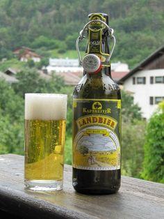 Cerveja Kapsreiter Landbier Hell, estilo Munich Helles, produzida por Brauerei Kapsreiter, Áustria. 5.3% ABV de álcool.