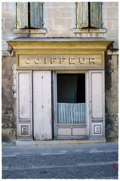 """La jolie (vieille) boutique d'un """"p'tit"""" coiffeur … à St Rémy de Provence :-)"""