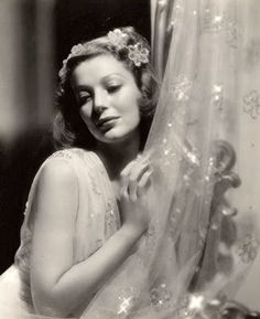 Loretta Young Old Hollywood Glamour, Golden Age Of Hollywood, Hollywood Stars, Classic Hollywood, Hollywood Cinema, Hollywood Icons, Vintage Hollywood, Loretta Young, Hollywood Actresses