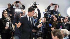 Belagert: Nach den ersten Wahlprognosen wurde der Minsiterpräsident und VVD-Parteichef Mark Rutte von Journalisten belagert. Ruttes rechtsliberale Partei ist als stärkste Kraft aus der Parlamentswahl in den Niederlanden hervorgegangen. Der Rechtspopulist Geert Wilders ist abgeschlagen. Mehr Bilder des Tages auf: http://www.nachrichten.at/nachrichten/bilder_des_tages/ (Bild: AFP)