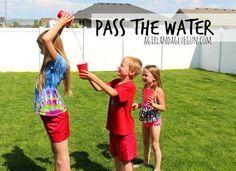 Juegos divertidos de verano para niños Con el verano llegan las vacaciones del cole y los niños tienen mucho tiempo libre y ganas de disfrutar y pasarlo bien, además el buen tiempo acompaña para hacer actividades al aire libre.  He recopilado algunas ideas con actividades y juegos para hacer en familia o con amigos que os pueden servir de inspiración para estos días. A disfrutar… 1. Pasar el agua Para esta actividad sólo se necesitan unos vasos grandes o cubos de plástico y agua…
