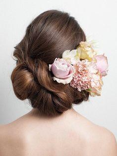 後ろはワンロール風になるように外巻きにまとめ、下の位置でゆるくまとめます。ヘッドコサージュはたっぷりと、アシンメトリーに飾るとモダンな雰囲気... Wedding Party Hair, Bridal Hair, Party Hairstyles, Bride Hairstyles, Geisha Hair, Hair Arrange, Santorini Wedding, Floral Crown, Wedding Images