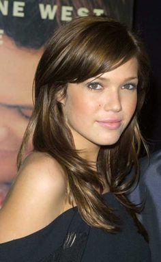 Mandy Moore a balayé les cheveux Side Swept Hairstyles, Hairstyles With Bangs, Pretty Hairstyles, Haircuts For Long Hair With Layers, Long Layered Haircuts, Layered Hairstyle, Mandy Moore Hair, Long Wavy Hair, Grunge Hair