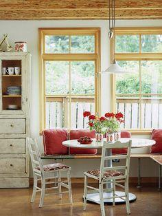 Een mooie klein plekje om te kunnen eten Eenvoudig een hoekbank met een klein tafeltje Ik hou van ronde eettafels, deze lijkt op ...