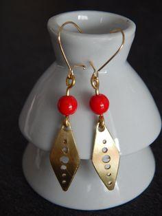 """Boucles d'oreille """"Uno"""" dorées perles rouge : Boucles d'oreille par bijou-lie"""