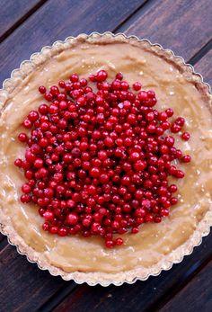 Kinuskipiirakka puolukoilla ja sormisuolalla - Lingonberry tart with salted caramel Tart, Caramel, Wicked, Sweets, Baking, Kitchen, Food, Desserts, Sticky Toffee
