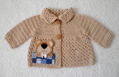 casaco-croche-de-linha-ursinho-la Crochet Shrug Pattern, Crochet Jacket, Crochet Blouse, Crochet Scarves, Crochet Bebe, Crochet For Boys, Crochet Baby Clothes, Newborn Crochet, Baby Vest