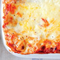 A delicious lasagne recipe that both meat-eaters and vegetarians can enjoy. From Mary Berry, this flavoursome dish features red peppers, mushrooms and leeks. Veggie Recipes, Vegetarian Recipes, Cooking Recipes, Veggie Meals, Veggie Dinner, Veggie Pasta, Savoury Recipes, Meal Recipes, Lasagne Recipes