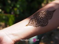 Great idea for a smaller henna tatoo. I'd probably paint this on my shoulder or around my ankle.
