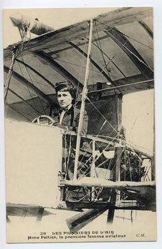 THÉRÈSE PELTIER, PIONERA DE LA AVIACIÓN  Escultora de profesión, fue la primera mujer en volar en un avión. El 8 de julio de 1908 hizo su primer vuelo, si bien aún no pilotaba ella sino su amigo Leon Delagrange. Posteriormente Thérèrese hizo varios vuelos en solitario. Marathon, Aviation, Fair Grounds, Victorian, Sculpture, Photos, Tinkerbell, Lonely, Trains